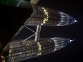 Futuristische Petronas Towers by night...